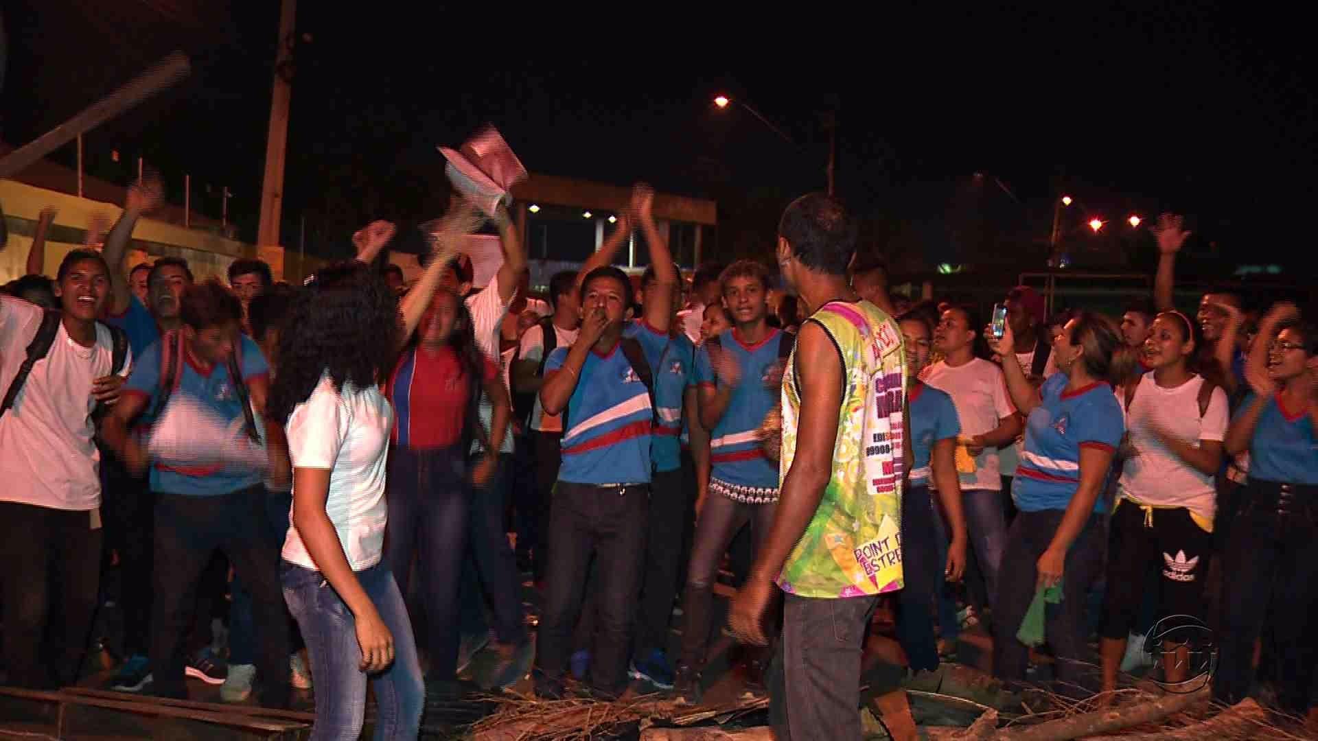 ALUNOS FAZEM MANIFESTAÇÃO DENUNCIANDO FALTA DE SEGURANÇA EM ESCOLA - Alô Amazonas - 23/06/17